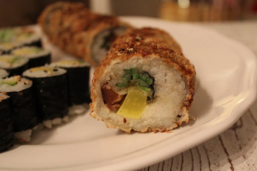 Fritiertes Sushi auf einem Teller - Sushi selber machen